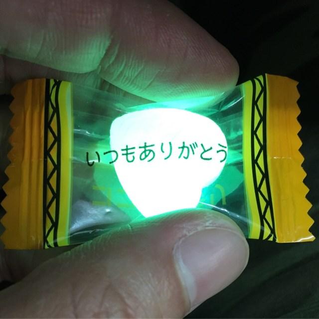 これは完全にインスタ映え〜! ブラックライトで光るアメ『ココロキラリキャンディ』が不思議カワイイ