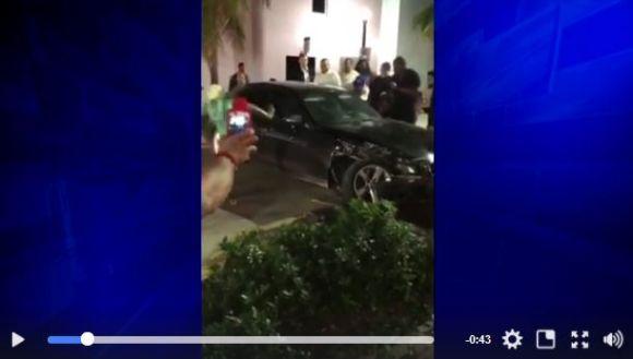酔っ払い運転で車をぶつけられた女性が激おこ → なんと裸足で車の窓をブチ破る