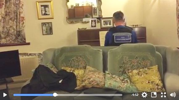 強盗に遭った93歳のおじいちゃん宅に英警官が慰問 → ピアノとショパンの楽譜が見えた → 警察官「私、弾けますよ」 → うますぎ → 世界が感動!