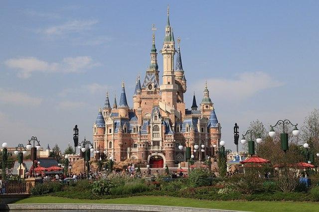 """【物議】上海ディズニー公式 """"割り込みツアー"""" がエゲツないと問題に / 一般客から不満&有識者も「契約違反の疑い」"""