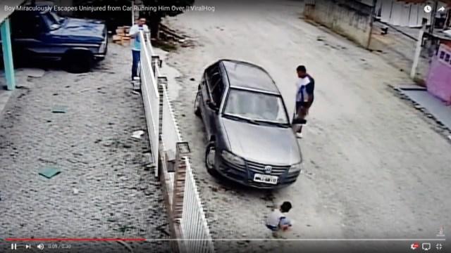少年が車にひかれた! と思いきや奇跡的に無事だった…っていう危険極まりない事故動画