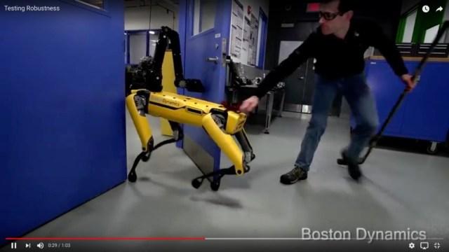 自力でドアを開ける「キモい犬型ロボット」がやっぱりスゴい! 人間に妨害されても正常に動いてミッション遂行