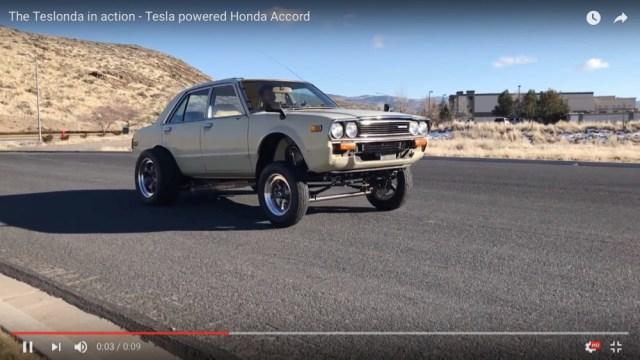 めちゃ古い「ホンダ・アコード」にテスラ社のモーターを積んで電気自動車に改造したら爆速になったっていう動画