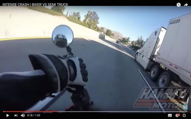 【九死に一生】コントロールを失ったバイクがトラックにあわや激突 → 車体の下をくぐり抜けて奇跡的に無事