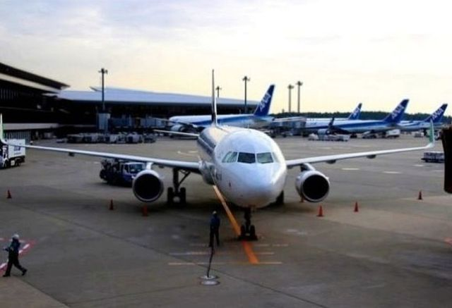 トイレが詰まって飛行機がリターン → 85人も配管工を乗せていたのに修理できなかった事情とは?