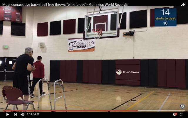 【バスケ】落とす気がしねえ! 73歳のおじいちゃんがフリースローで目隠ししたまま16連続ゴールの世界新記録