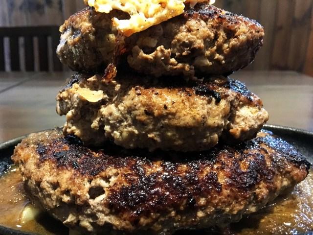 【激ウマ】ハンバーグの山がそびえ立つ! 秋葉原『牛舎』の「黒い3連バーグ」が肉感ゴロゴロで肉汁の嵐!! 末広町