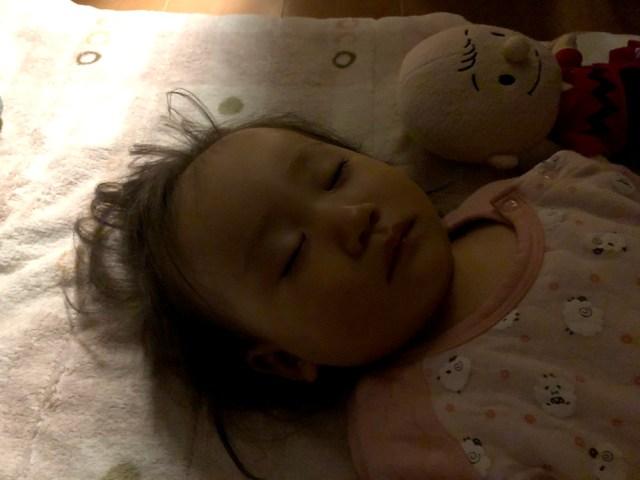 【コラム】なぜ幼い子供は気付くと真横になって寝ているのか?