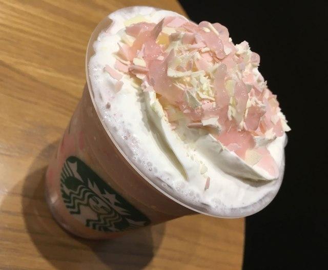 【スタバ新作】世界で日本だけ! 「さくら ストロベリー ピンク もち フラペチーノ」は感動するほど桜餅! これは早期完売の予感、なぜなら……
