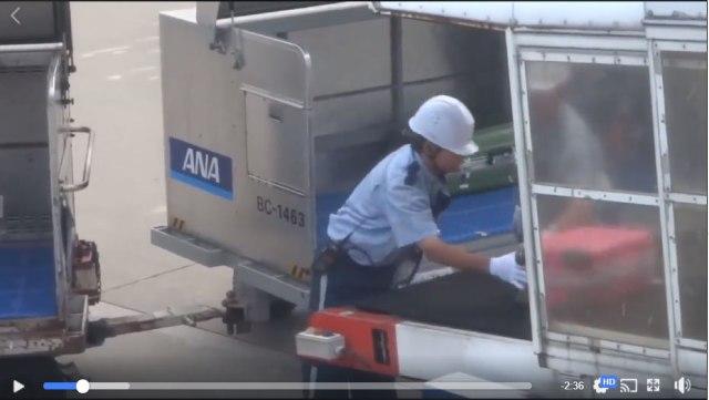 【日本クオリティ】航空会社スタッフの「荷物の積み込み方」が丁寧すぎ! 世界中から驚嘆の声「自分で扱うよりずっと丁寧」「赤ちゃんを抱っこするみたい」