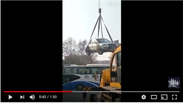 """【無慈悲】中国で駐車違反をしたらこうなったって映像がマジ無情 / 車体を屋根の上に吊り上げるの """"刑""""! どうやって降ろすんだよコレ!!"""