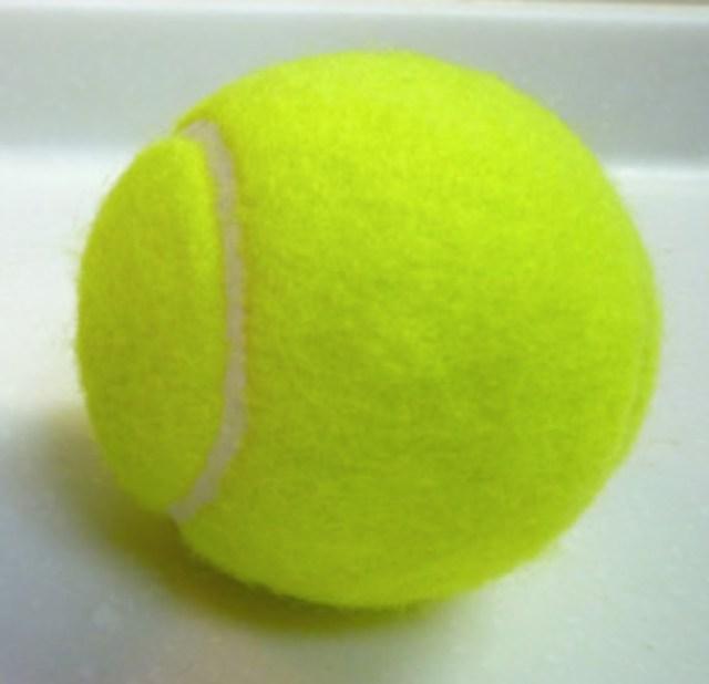 テニスボールって黄色? それとも緑? ネット上で意見が真っ二つ → フェデラーの「鶴の一声」で決着がつく