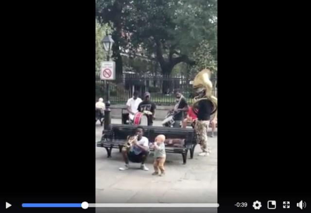 【スゴすぎる1歳児】路上ライブに1歳の子供が飛び入り参加! プロ顔負けのパフォーマンスを披露する姿が超楽しそう