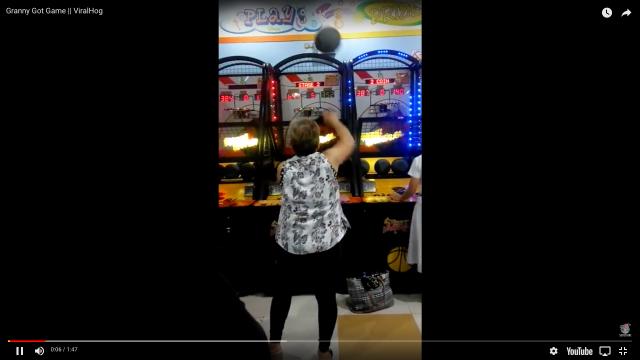 【神業動画】フィリピンのゲーセンにバスケゲームの達人が現る / 59歳のおばあちゃんが正確無比なシュートを沈めまくり!