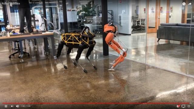 【動画】最先端の2足歩行ロボと4足歩行ロボは無音の部屋で楽しげに踊り始めた。まるでお互いを意識しているかのように