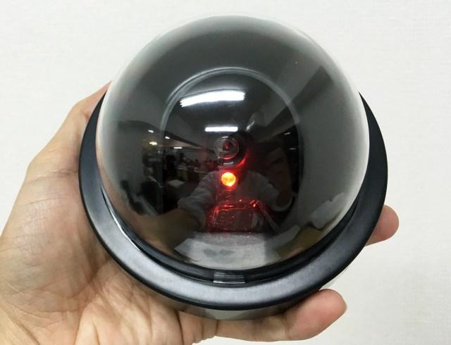 【100均検証】こんなセキュリティカメラが100円で買えるとは…! 単3電池2本で1.5秒間隔ライト点滅機能付き!! 「防犯用ダミーカメラ」