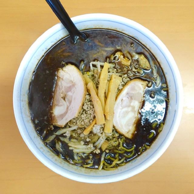 【北海道ラーメン探訪】真っ黒なスープなのに濃くない! 魚介の旨味がたっぷり詰まった一杯に老舗の技を見た / 札幌市「らーめん爐 (いろり)」