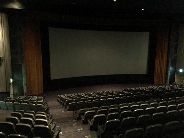 【激論】Twitterで「映画館でスマホを見ないでください」と投稿、波紋を呼ぶ → 反対派「神経質すぎる」「さっとなら良くない?」など