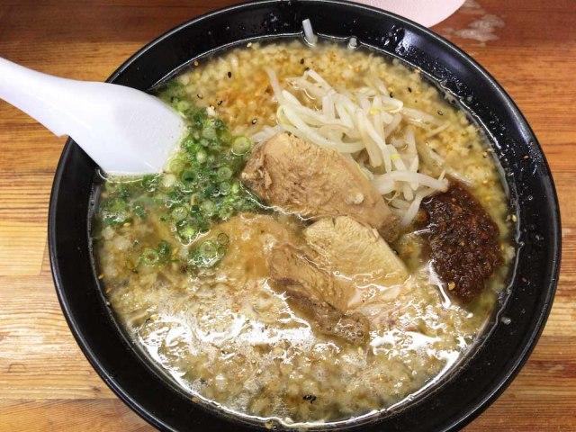 背脂タップリのとんこつラーメンが中毒性MAX! 福岡県春日市にある「六長屋」の一杯はピリ辛仕様で超ギルティ
