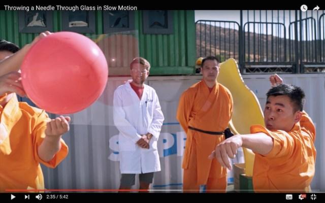 これが少林寺秘伝72芸…! 針を投げてガラスの奥にある風船を割る動画がこちらです