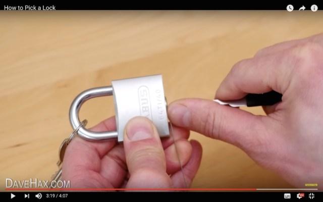 【悪用厳禁】ヒエッ…南京錠をものの数秒でピッキングする動画が恐ろしい