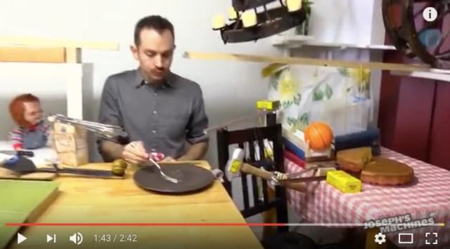 ケーキを食べるためだけの『ピタゴラ装置』がメチャクチャでヤバい!「Skype」から「人間の赤ちゃん」まで何でも使いまくり