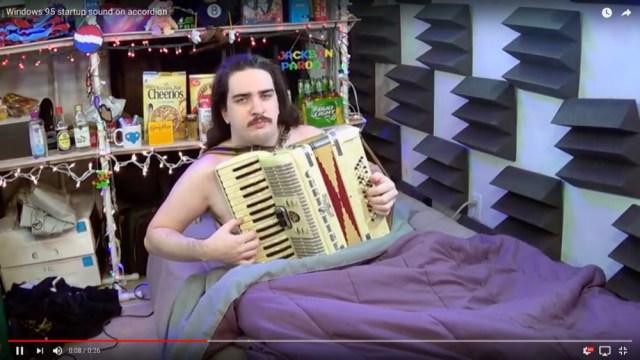 【謎の中毒性】アコーディオンで「Windows 95の起動音」を演奏する男性がシュールすぎてヤバい