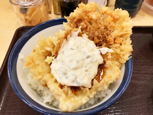 ※追記あり【悲報】てんや、うっかり天ぷらの概念を覆してしまう!? 『チーズチキン南蛮天丼』爆誕!