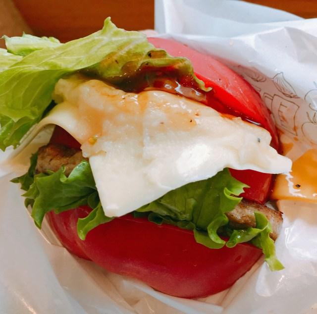 【正直レビュー】具材をトマトで挟んだモスの「とま実バーガー」を食べてみた! 『有吉弘行のダレトク!?』に登場した幻の没メニュー