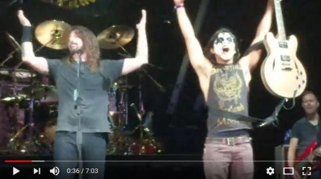 米ロックバンド「フー・ファイターズ」がファンをステージに上げてギターを弾かせる → 超絶テクを披露してボーカルが歌詞を忘れる事態に!
