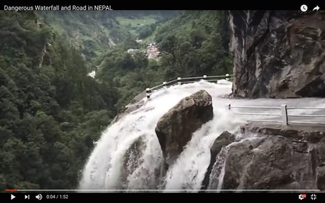 【恐怖のデスロード】滝が増水して断崖絶壁に流れ込む → その上を車で走る動画がマジ恐怖