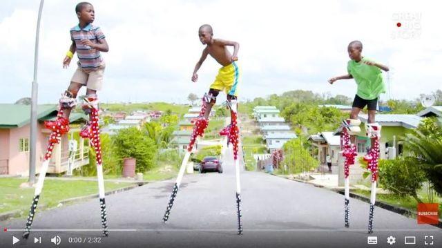 なんというバランス感覚! 竹馬に乗ったまま踊るトリニダード・トバゴ共和国の伝統がまるでサーカス