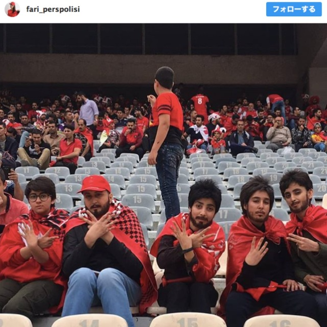 「女人禁制のサッカースタジアム」に男装して忍び込んだ女性5人の写真に称賛集まる