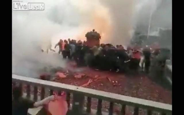 【地獄絵図】中国の結婚式がヤバすぎ! 爆竹が新郎新婦に投げ込まれる映像がもはやテロ