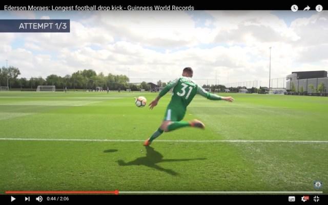 【サッカークイズ】ゴールキーパーが本気で蹴ったらどこまで飛ばせるでしょうか