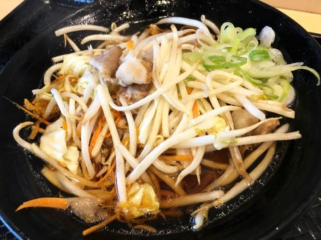 そばの上に野菜炒めをドーン! 東京・春日『源太郎そば』の「肉野菜どっさりそば」が見かけによらず繊細な味で激ウマ!! 立ち食いそば放浪記:第114回
