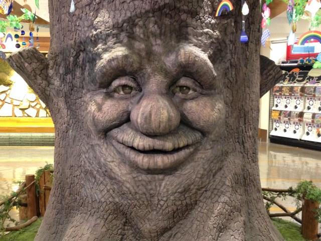 埼玉県の大宮駅前にいる「しゃべる木」がメシのことしか脳にない