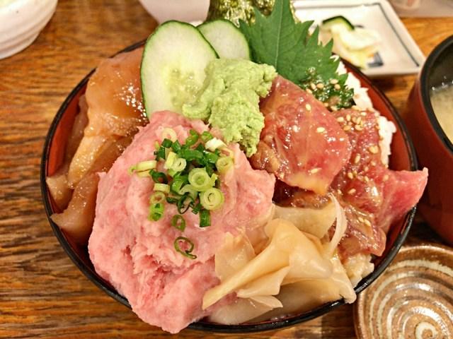 【超コスパ】このボリュームで900円だと!? 3種のマグロがのったランチ限定『大マグロ丼』が爆盛りすぎてヤバイ! 東京・赤坂見附「魚久」