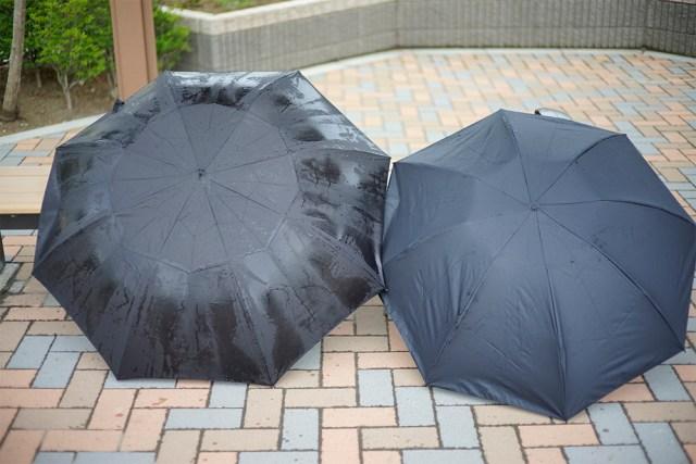 普通とは逆に折れるタイプの「折り畳み傘」が結構イイ感じ / 不思議と手が濡れない!