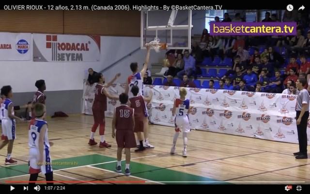 12歳で身長2メートル13センチ! バスケの試合にスーパー小学生が出場したらこうなります