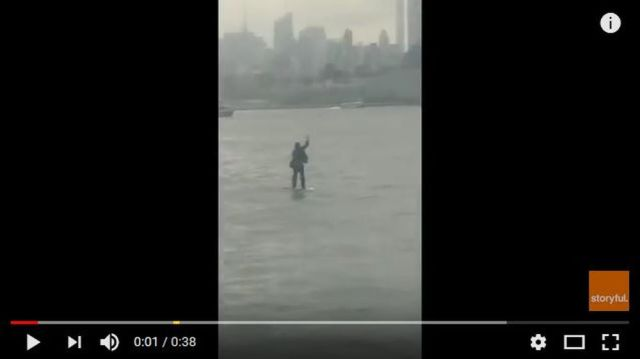 会議に間に合わない! スーツ姿の男性がボードに乗って川を渡っている映像が米ニューヨークで激撮される