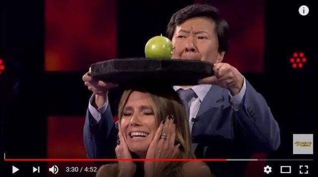 まるでウィリアム・テル! 頭上のリンゴを弓矢で射る手品に会場騒然 / タネも仕掛けもまったく見抜けない!