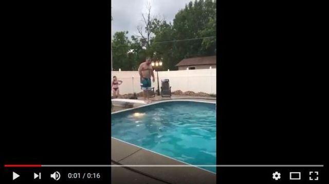 【珠玉の16秒】笑いの神が降臨! 恰幅のいい父ちゃんがプール台からジャンプ → 奇跡のオチが生まれる