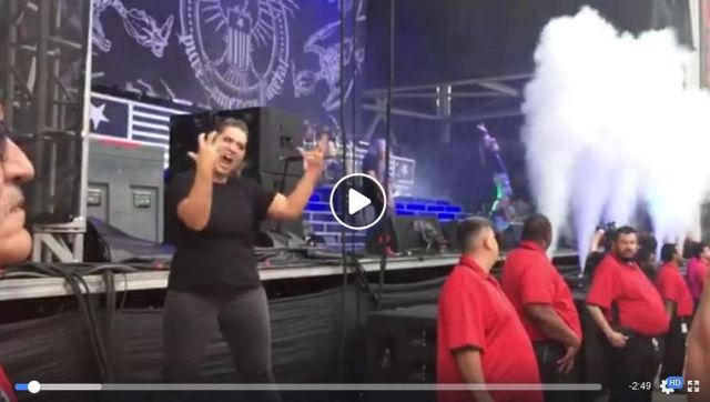 【手話メタル】なんちゅう迫力! 米メタルバンドのライブで手話通訳する女性がアツすぎる