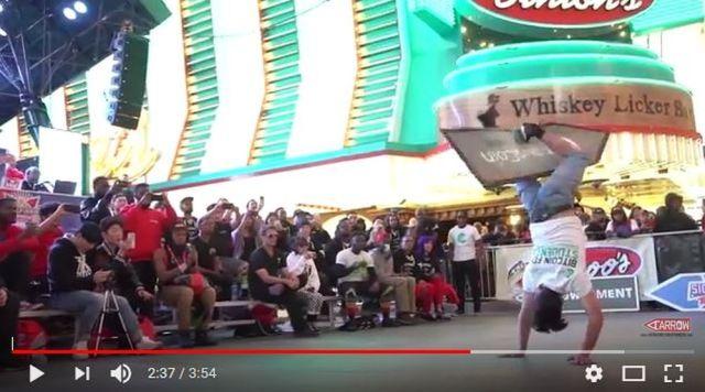 ダンサーかよ!「広告パネルをクルクル回しまくる大会」の出場者がすごい!! そのテクニックに脱帽
