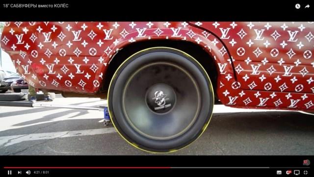そうだったのか! タイヤの代わりに「サブウーファー」をつけて車を走らせるとこうなるヨっていう動画