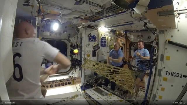 無重力空間でテニスをしたらこうなったって動画 /  国際宇宙ステーションで初の試み