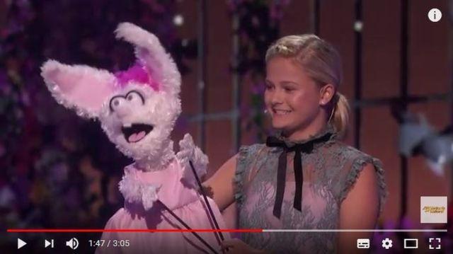 審査員も総立ち! 腹話術なのに「圧倒的な歌唱力」で絶賛された少女(13歳)が米オーディション番組で圧巻のパフォーマンス → スタンディングオベーションを浴びる