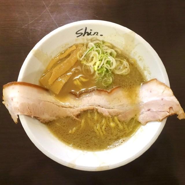 超ロングなチャーシューが煮干し中華そばに横たわる! 札幌の人気店「にぼshin」に行ってみた!!