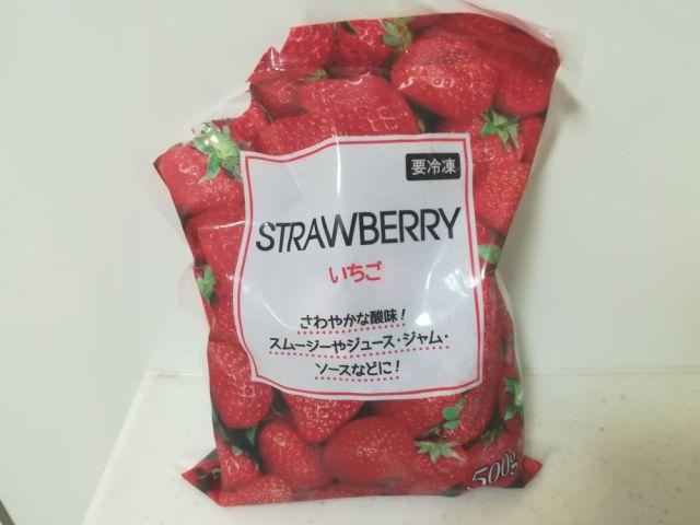 業務スーパーの冷凍イチゴがコスパ良すぎ~! 246円なのに50個くらい入っていてアレンジし放題!!